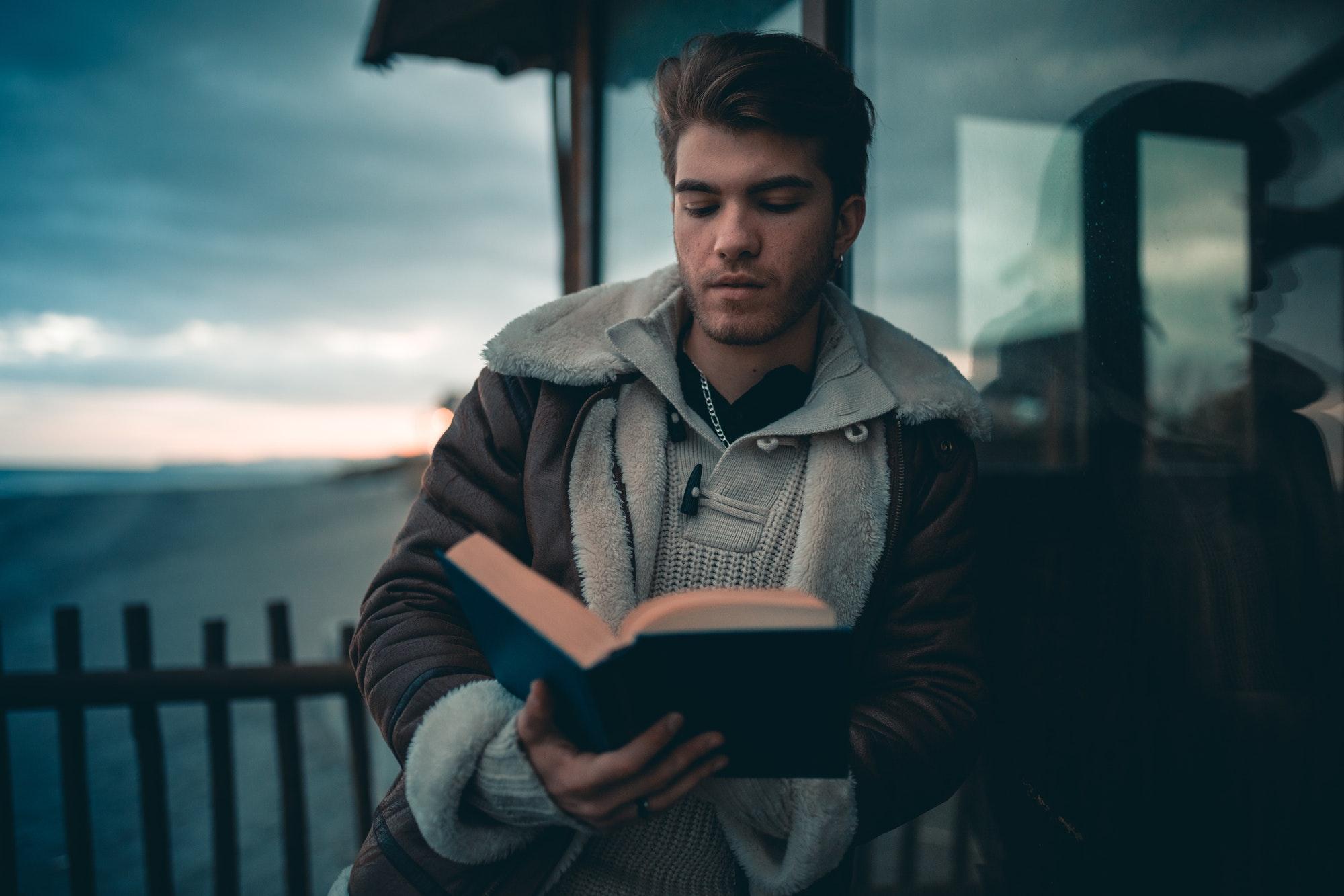 homme se vide l'esprit en lisant