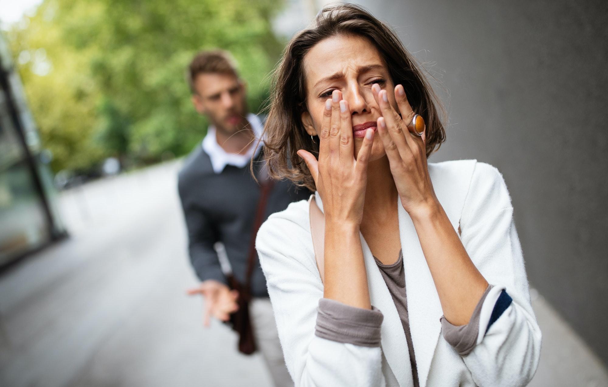 femme pleure après avoir rompu avec son ex