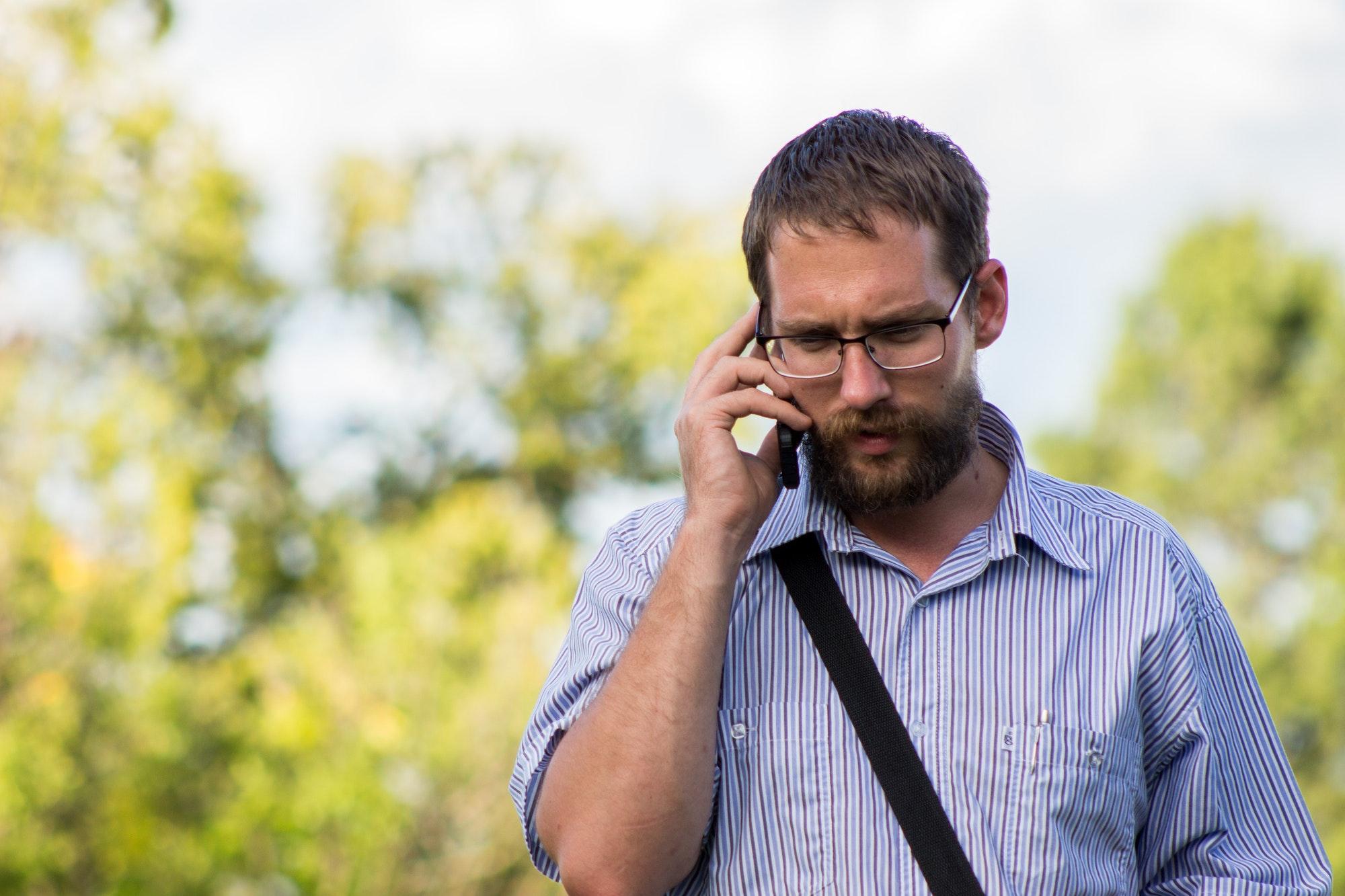 homme discute au téléphone avec son ex