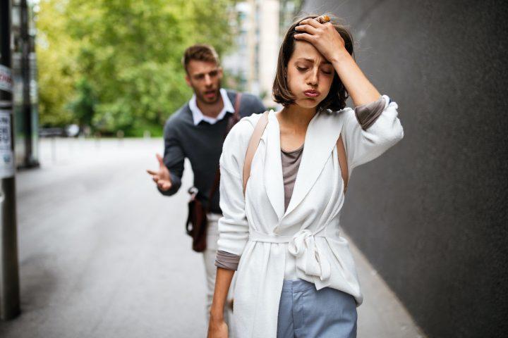 femme agacée ne respecte pas son ex