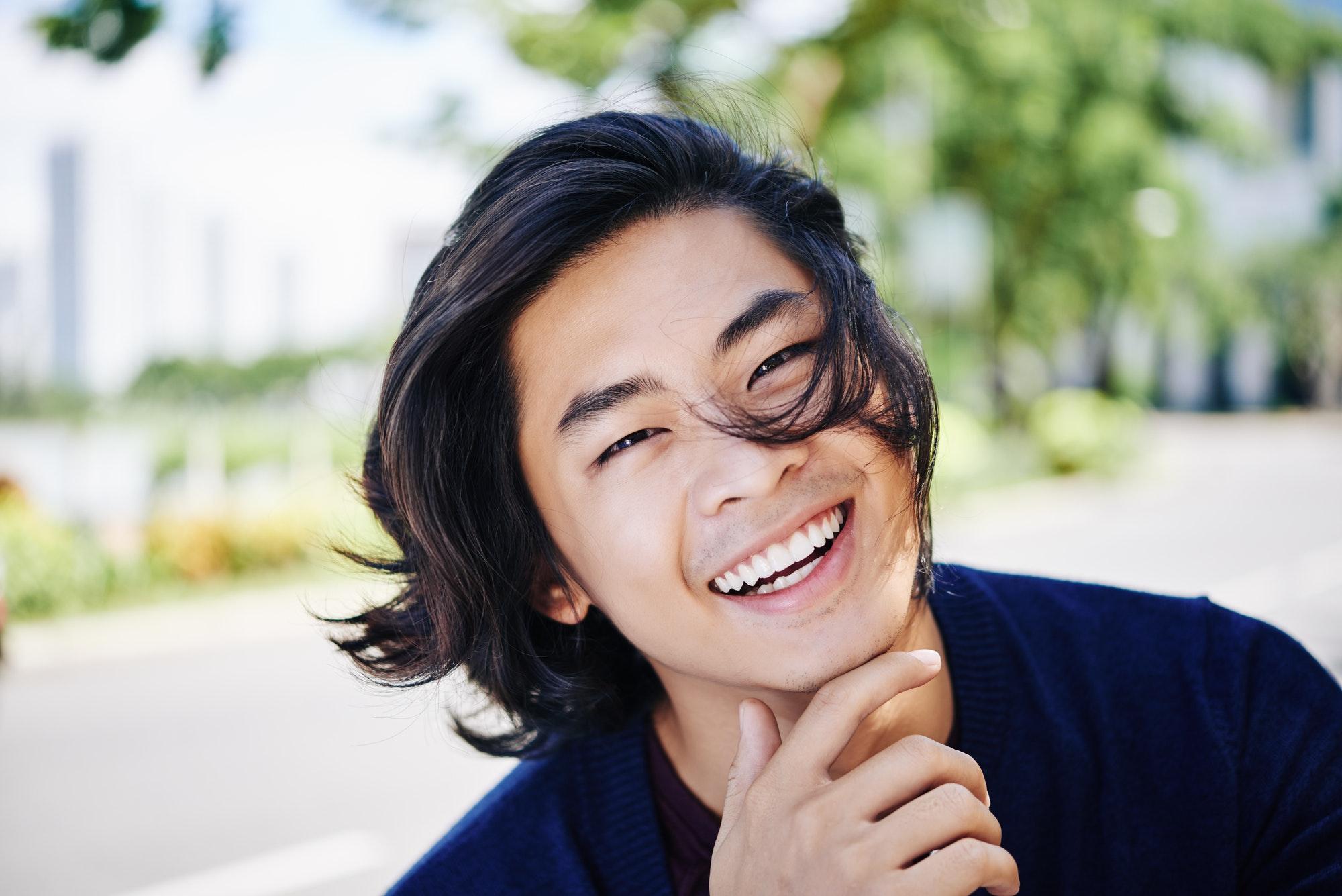 homme souriant et rayonnant de positivité