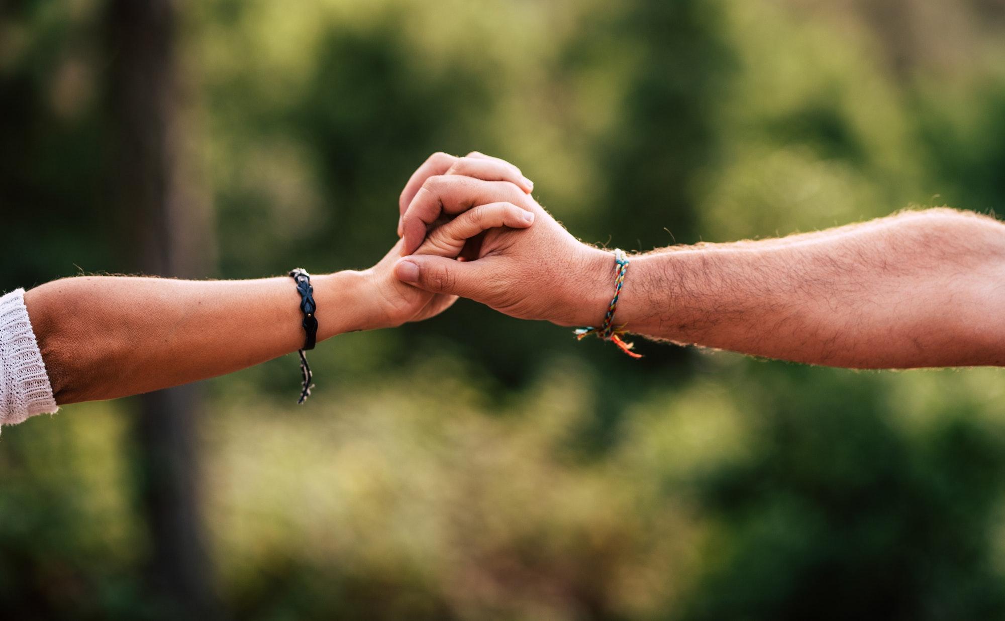 gros plan sur les mains d'un homme et d'une femme se tenant la main
