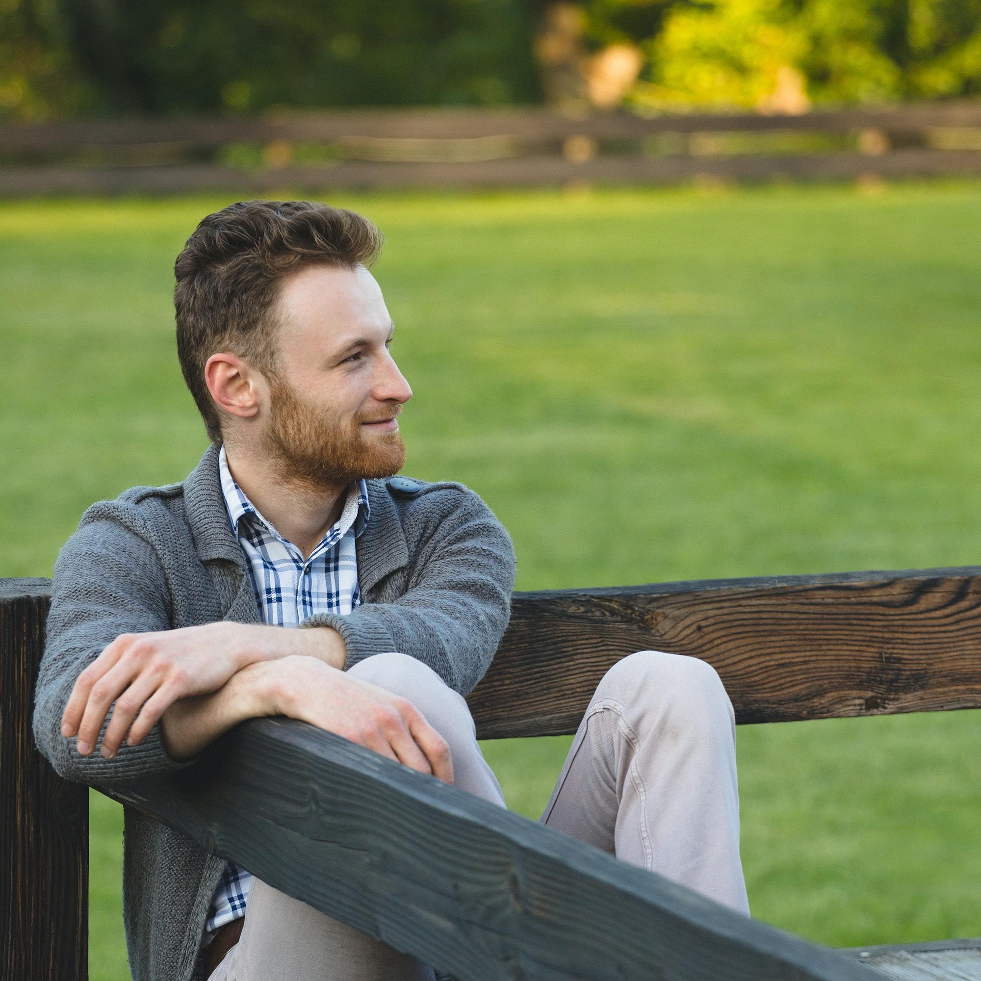 portrait d'un homme assis dans un parc