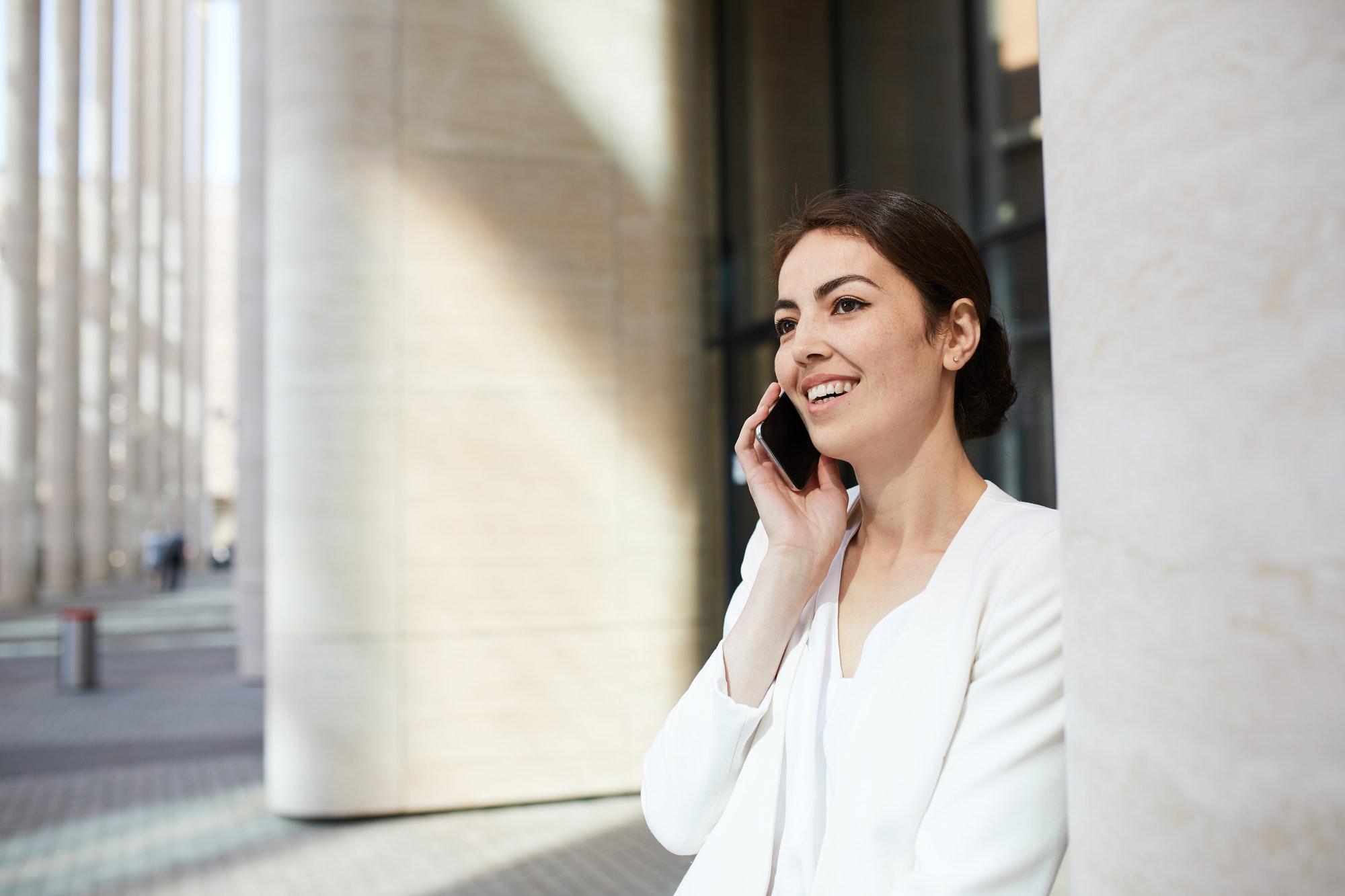 femme au téléphone parle des bons moments avec son ex