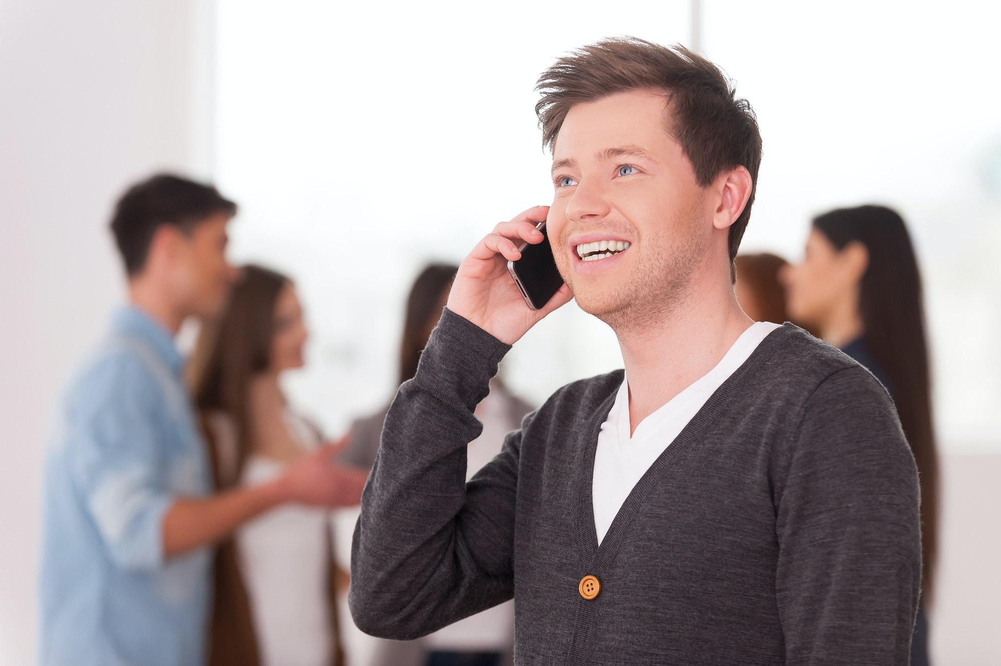 homme au téléphone pour reprendre contact avec son ex
