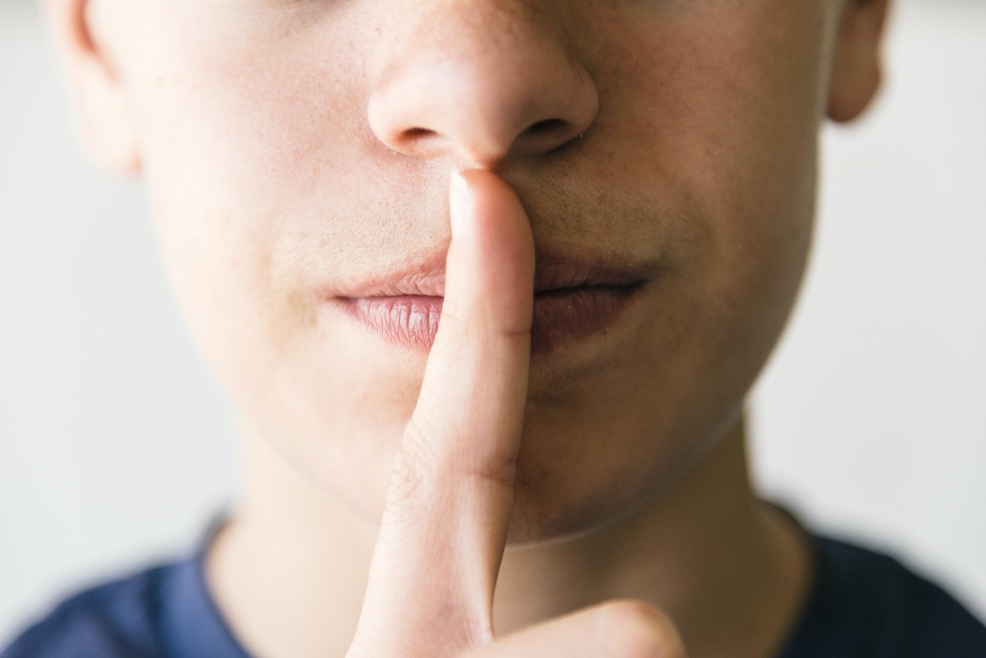 homme le doigt sur la bouche ne parle plus à son ex