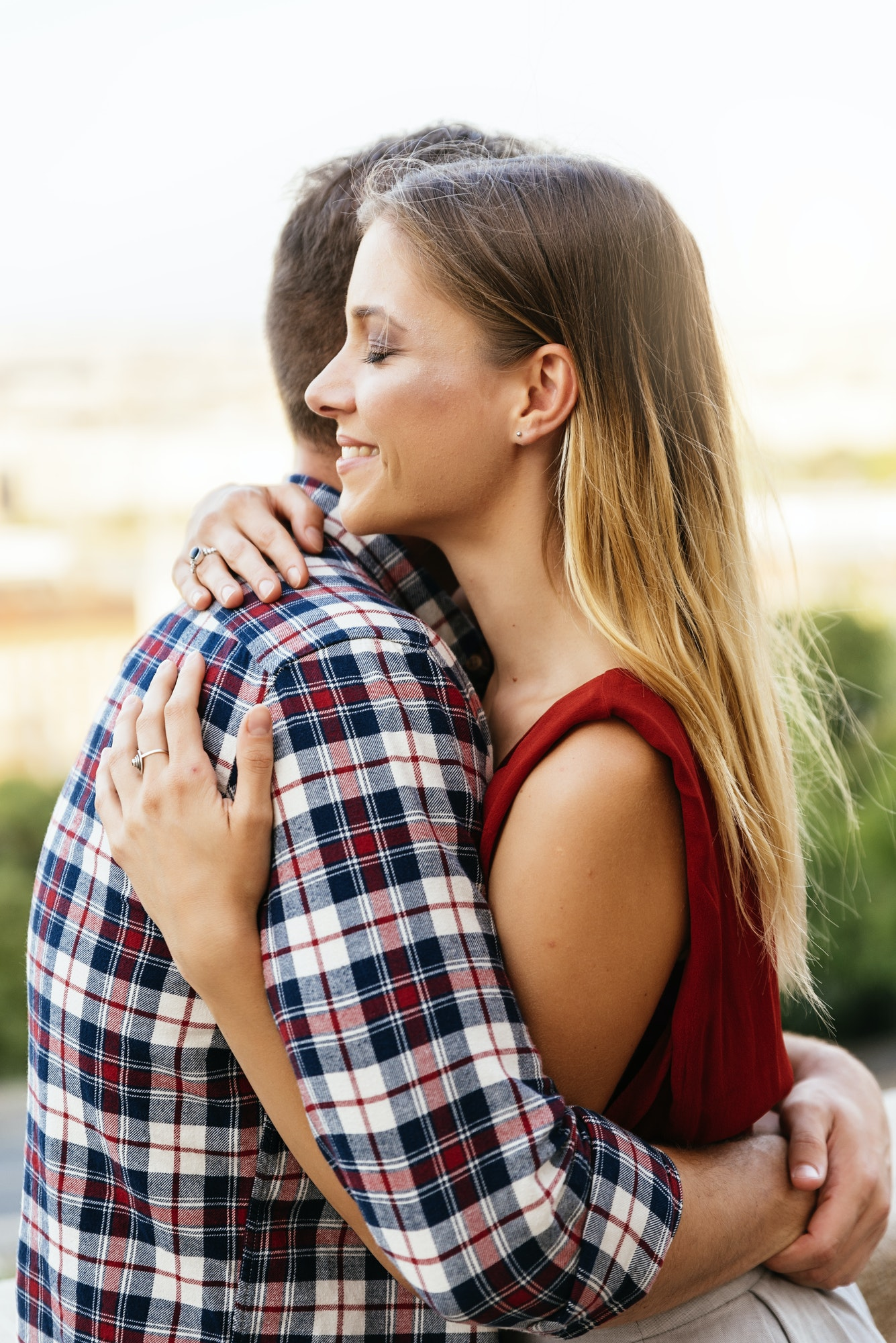 ex petit ami et petite amie se remettent ensemble et se font un calin